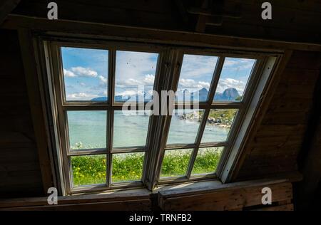 Guardando attraverso la finestra verso le sette sorelle Mountain Range, Heroy Camping, Heroy Isola, Norvegia, estate 2019.