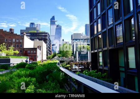 Skyline con persone come visto dal parco pubblico, convertito rampa parco lineare, la linea alta, New York, NY, STATI UNITI D'AMERICA