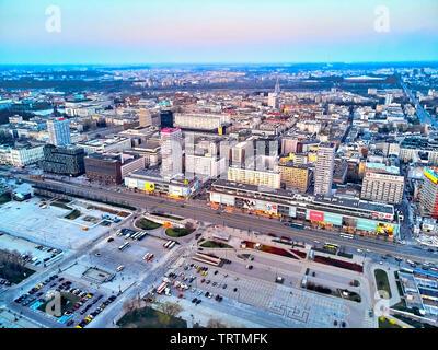 Varsavia, Polonia - 07 Aprile 2019: Bellissima vista panoramica antenna fuco vista verso il centro della città di Varsavia nel tramonto in primavera