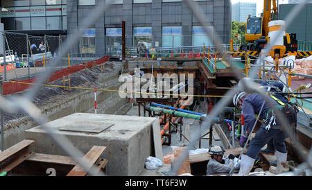 TOKYO, Giappone - 13 Maggio 2019: lavori di costruzione di nuove strade in corrispondenza del sito di mercato Tsukiji di Tokyo. Parte della pianificazione della città Ring Road No.2 progetto.
