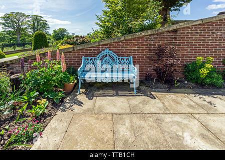 Sede nel Queen Elisabeth giardini murati a Dumfries la casa e il giardino a Dumfries House Station Wagon nei pressi di Cumnock East Ayrshire Scotland Regno Unito Foto Stock