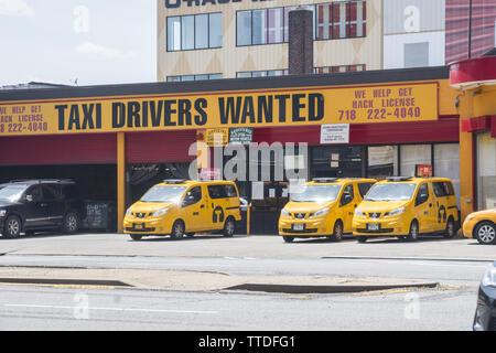 Il giallo cqb business è fightingh per la sopravvivenza in NYC con il onslaugfht del calibro di Uber e dispositivo di sollevamento. Taxi granaio sulla quarta Avenue a Brooklyn, New Yor Foto Stock