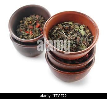 Varietà di tè a secco in vasi isolato su bianco Foto Stock