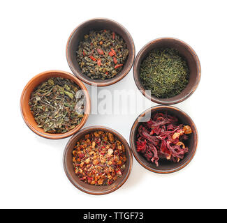 Varietà di tè a secco in vasi isolati su bianco, vista dall'alto Foto Stock