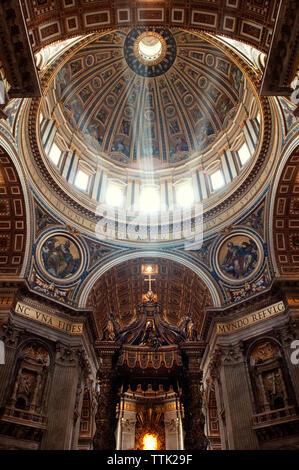 Emissione di luce solare attraverso la cupola nella Basilica di San Pietro