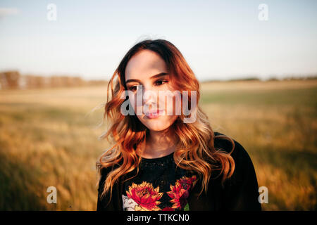 Ritratto di una donna in un campo Foto Stock