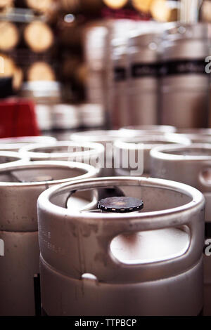 Close-up di contenitori alla birreria Foto Stock