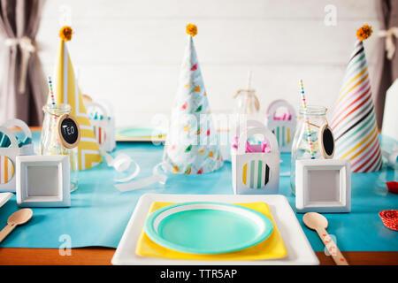 Parte cappelli decorati sul tavolo durante la festa di compleanno Foto Stock