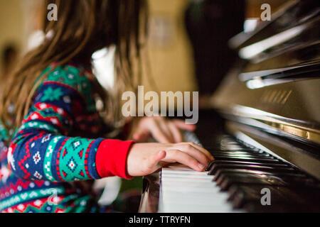 Stretta di mano ragazze suonare il pianoforte Foto Stock