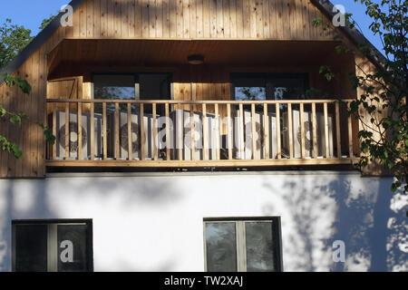 Molti di aria esterna delle unità di condizionamento posto sul balcone della casa rivestiti di legno Foto Stock