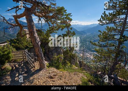 Francia, Hautes-Alpes, (05), Brianconnais. Vista in elevazione della città di Briancon da La Croix de Toulouse (1962m) in estate. Alpi europee Foto Stock