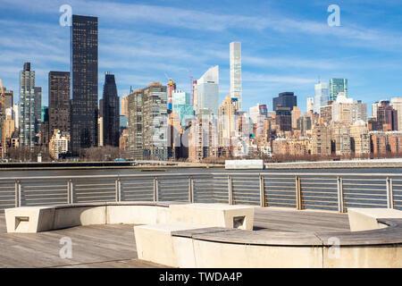New York skyline della città visto dal gantry del Parco Statale di Long Island City Queens guardando verso Manhattan Foto Stock