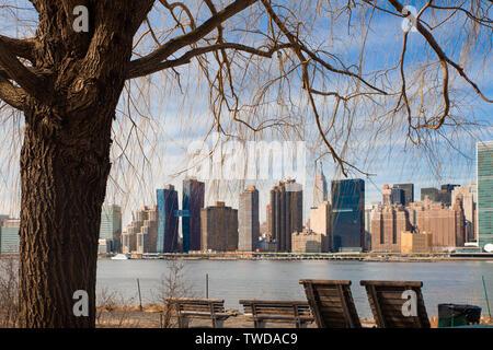 New York skyline della città visto attraverso albero a gantry del Parco Statale di Long Island City Queens guardando verso Manhattan Foto Stock
