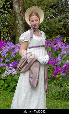 Regency donna in abito color crema su studio sullo sfondo Foto Stock