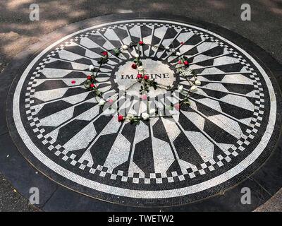 John Lennon's immaginare memorial, Strawberry Fields Forever, al Central Park di New York City, New York, Stati Uniti d'America