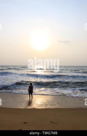 Giovane ragazzo giocando in mare in Sri Lanka Foto Stock
