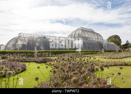 Vista dal parterre del famoso Palm House di Kew Gardens, Richmond.