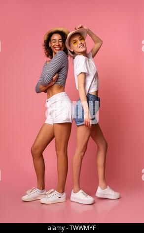 Cute ragazze in abiti eleganti godendo il periodo estivo Foto Stock