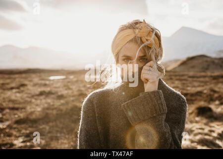 Regno Unito, Scozia, Loch Lomond e il Trossachs National Park, Ritratto di giovane donna nel paesaggio rurale Foto Stock