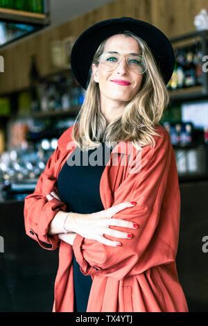 Ritratto di donna sorridente in un cafe