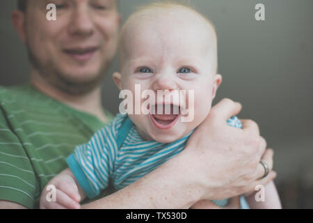 Padre tenendo la sua Laughing baby figlia