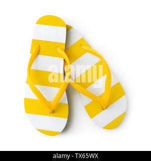 Vista superiore del summer beach giallo listati flip flop isolati su sfondo bianco mare vacanze vacanze e concetto di viaggio Foto Stock