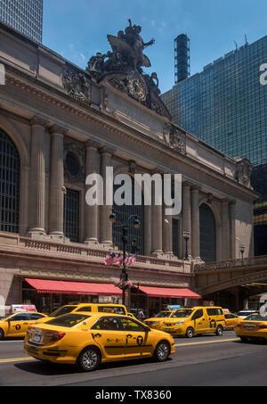 New York City Taxicabs giallo di fronte alla Grand Central Station, New York, Stati Uniti d'America Foto Stock