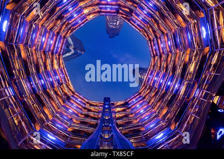 Guardando verso l'alto dal centro della nave di notte, Cantieri Hudson, New York, Stati Uniti d'America Foto Stock