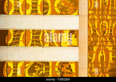 Abstract creato da giallo dorato riflessioni su edificio moderno windows