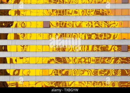 Abstract creato da giallo dorato riflessioni su edificio moderno windows Foto Stock
