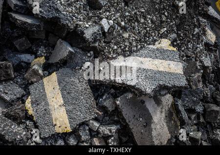 Rotture di strada asfaltata che mostra doppio giallo linee. Foto Stock