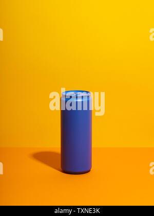 Ancora in vita con viola può bere e sfondo giallo Foto Stock