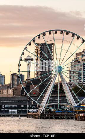 Il centro cittadino di Seattle Waterfront compresi i Seattle grande ruota e lo Space Needle, Washington, Stati Uniti d'America. Foto Stock