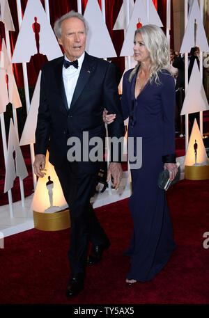 Direttore Clint Eastwood (L) e Christina Sandera arrivano al 87th Academy Awards a Hollywood & Highland Center di Los Angeles il 22 febbraio 2015. Foto di Jim Ruymen/UPI Foto Stock