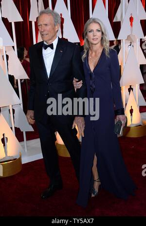 Direttore Clint Eastwood (L) e Christina Sandera arrivano al 87th Academy Awards a Hollywood & Highland Center di Los Angeles il 22 febbraio 2015. Foto di Jim Ruymen/UPI