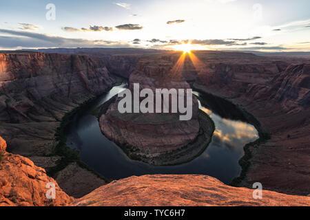 Curva a ferro di cavallo è una forma a ferro di cavallo incisa meandro del fiume Colorado si trova vicino alla città di pagina, Arizona, Stati Uniti. Esso è molto popolare a p