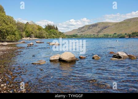 Lago di Ullswater in estate Parco Nazionale del Distretto dei Laghi Cumbria Inghilterra England Regno Unito Regno Unito GB Gran Bretagna Foto Stock