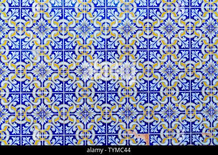 Configurazione ripetuta di tradizionale portoghese piastrelle azulejo - blu, giallo e bianco (close-up, frontale vista parallela)