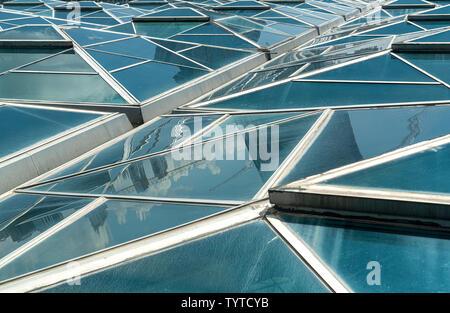Windows. Tetto trasparente, tetto o parete con generiche unità di vetro. Retroilluminazione vetro strutturale. Close-up di architettura moderna di un frammento. Abstract ge Foto Stock