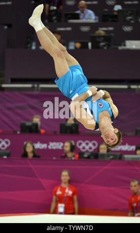 Cile Tomas Gonzalez è in volo come egli esegue la sua routine durante gli uomini di qualifiche di ginnastica al Greenwich North Arena al 2012 Olimpiadi di estate, 28 luglio 2012, a Londra, in Inghilterra. UPI/Mike Theiler Foto Stock
