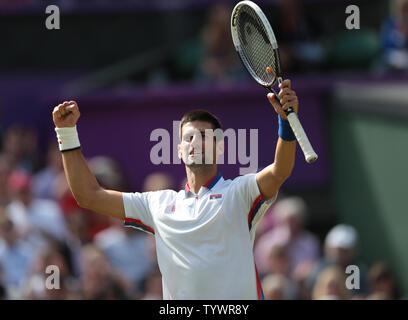 La Serbia il Novak Djokovic in azione contro la Francia Jo Wilfried-Tsonga nel tennis femminile Quarter-Final presso il London 2012 Olimpiadi di estate in agosto 02, 2012 a Wimbledon, Londra. UPI/Hugo Philpott