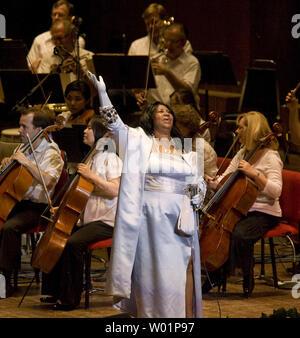 Regina del Soul, cantante Aretha Franklin, compie durante un concerto presso il centro di Mann per il Performing Arts di Philadelphia Luglio 27, 2010. Parte del suo concerto featured ex Segretario di Stato Condoleezza Rice sul pianoforte. UPI/John Anderson Foto Stock