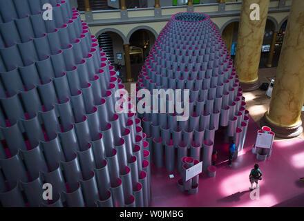 """La mostra intitolata """"alveare"""" è visto nella grande hall presso il National Building Museum di Washington, il 10 agosto 2017. Il 60 piede alta installazione è costruito fuori della ferita 2.700 tubi di carta. Foto di Kevin Dietsch/UPI Foto Stock"""
