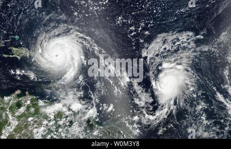 La NASA-NOAA's Suomi satellite NPP catturato questa immagine di uragano di Irma e uragano Jose oltre l'Oceano Atlantico su settembre 6, 2017 a 1:24 p.m. EDT (1824 UTC). Come di 5 p.m. il 6 settembre Irma era in allontanamento dalle Isole Vergini e diffusione al di sopra di porzioni di Puerto Rico. È stato dichiarato uno stato di emergenza nello stato dal governatore Scott il lunedì. Uragano Irma fu elevata a una categoria 5 storm martedì mattina. La NASA/UPI Foto Stock