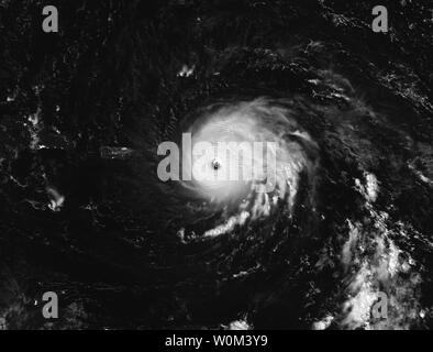 La NASA-NOAA's Suomi satellite NPP catturato questa immagine notturna di uragano Irma sopra le Isole Sottovento il 6 settembre 2017 a 1:35 a.m. EDT (0535 UTC). Come di 5 p.m. il 6 settembre Irma era in allontanamento dalle Isole Vergini e diffusione al di sopra di porzioni di Puerto Rico. È stato dichiarato uno stato di emergenza nello stato dal governatore Scott il lunedì. Uragano Irma fu elevata a una categoria 5 storm martedì mattina. La NASA/UPI Foto Stock