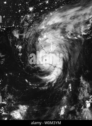 La NASA-NOAA's Suomi satellite NPP catturato questa notte a infrarossi-tempo immagine di uragano Irma tra Cuba e la Florida Keys su Settembre 10, 2017 a 3:38 a.m. EDT (0738 UTC). Florida della divisione nella gestione delle situazioni di emergenza si stima che 5,6 milioni di Floridians sono state ordinate per evacuare in quanto membro prepara per Irma per fare approdo domenica mattina presto. La NASA/UPI Foto Stock