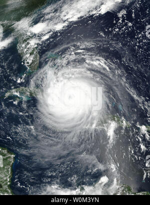 La NASA-NOAA's Suomi satellite NPP catturato questa immagine di uragano Irma oltre alle Bahamas e Cuba su settembre 8, 2017 a 1:45 p.m. EDT (1748 UTC). Florida della divisione nella gestione delle situazioni di emergenza si stima che 5,6 milioni di Floridians sono state ordinate per evacuare in quanto membro prepara per Irma per fare approdo domenica mattina presto. La NASA/UPI Foto Stock