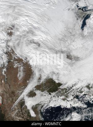 La NASA e satelliti NOAA tracking sono una grande tempesta di neve che si prevede di portare la nevicata per gli Stati Uniti Mid-Atlantic regione su gennaio 22 e 23 in questa immagine rilasciata il 21 gennaio 2016. L'area di bassa pressione dall'Oceano Pacifico orientale spostato in Stati Uniti occidentali e monitorati attraverso i quattro angoli regione in Texas dove la NASA-NOAA's Suomi satellite NPP osservato le nuvole associato con la tempesta. Il visibile imaging a raggi infrarossi Radiometer Suite (VIIRS) strumento a bordo Suomi satellite NPP catturato questa immagine su gennaio 20, 2016 quando la tempesta era oltre la centrale DEGLI STATI UNITI In i Foto Stock
