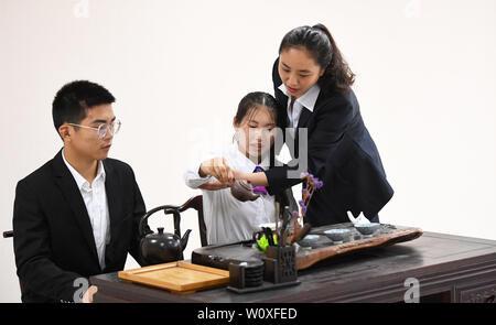 Chongqing. Il 28 giugno, 2019. Un insegnante (1R) incarica come studenti imparare l arte del tè Nanchuan a Longhua Vocational High School di Chongqing nel sud-ovest della Cina di Chongqing, 28 giugno 2019. Negli ultimi anni il quartiere Nanchuan è stata impegnata per lo sviluppo della formazione professionale per fornire ai professionisti di qualità su misura per la domanda del mercato e delle imprese. Credito: Wang Quanchao/Xinhua/Alamy Live News Foto Stock