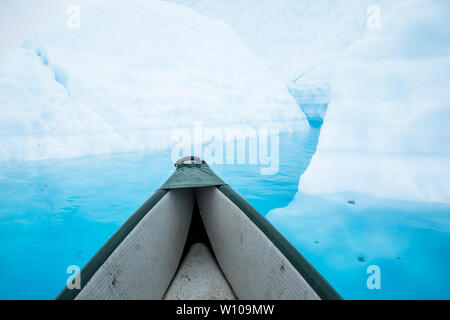 Ciò che appare come grandi iceberg sono davvero solo di ghiaccio del ghiacciaio dove l'acqua ha tagliato le gole anche se solido ghiaccio. Galleggiante attraverso uno di quei piano Foto Stock